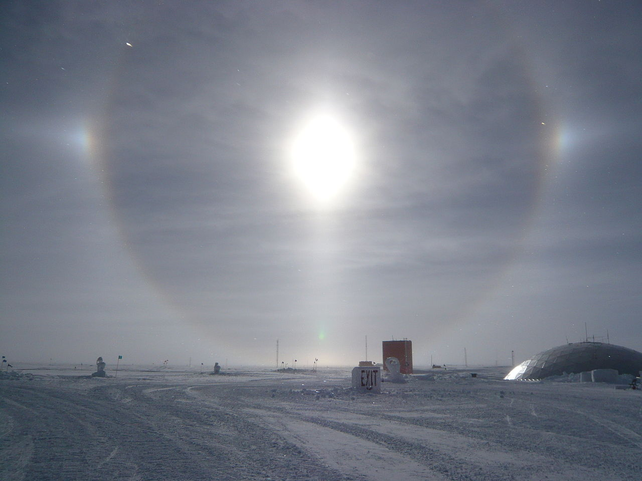 Full-circle_solar_halo_with_parhelia_and_lower_tangent_arc,_South_Pole,_12_Jan_2009